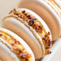 Creme Brûlée Macarons - Sheer lavish decadence, two French classics in one… Just Desserts, Delicious Desserts, Yummy Food, Creme Brulee, Cookie Recipes, Dessert Recipes, Macaron Flavors, French Macaroons, Macaroon Recipes