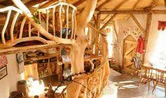 Charlie Hague e la sua compagna Megan in vista della nascita del loro primogenito, decisero di costruire su un terreno di loro proprietà nella Contea di Pembrokeshire nel Galles, un piccolo esempio unico di autocostruzione ad impatto zero: un'architettura naturale dove il tetto verde è realizzato in torba, le pareti sono in balle di paglia rivestite in calce naturale, gli arredi e la struttura sono costruiti con il legno di risulta delle vicine foreste.