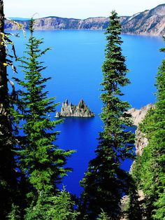 The Bluest Lake Ever: Crater Lake, Oregon – Our Wanders Crater Lake is a wonderful masterpiece of volcanism and one of the bluest, clearest lakes on Earth. Also, it's a perfect excuse to visit and explore Oregon. Crater Lake Lodge, Crater Lake Oregon, Crater Lake National Park, National Parks, Clear Lake Oregon, Bandon Oregon, Oregon Road Trip, Oregon Travel, Usa Travel
