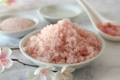 Check out these 3 easy DIY coconut oil scrub that you (and your skin) will absolutely love! Diy Body Scrub, Diy Scrub, Salt Scrub Recipe, Coconut Oil Scrub, Diy Beauté, Easy Diy, Diy Crafts, Sugar Scrub Homemade, Beauty Recipe
