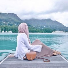 Image shared by Dînâ Ââ. Find images and videos about summer, hijab and hijab fashion on We Heart It - the app to get lost in what you love. Hijabi Girl, Girl Hijab, Photography Poses Women, Girl Photography Poses, Hijab Hipster, Hijab Fashion Summer, Mode Turban, Stylish Hijab, Beach Ootd