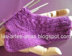 ARTES-ANAS: CALCETINES 5 AGUJAS,TALÓN Y CAZUELA, (2 DE 3) Crochet Slippers, Knit Crochet, Sock Shoes, Baby Shoes, Pretty Shoes, Fingerless Gloves, Arm Warmers, Textiles, Knitting