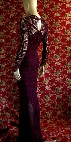 Bueno pues aquí está el vestido. Ha sido rápido por que me faltaba muy poco para terminarlo. De nuevo he tejido con el motivo llamado piñas....