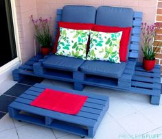 The Best DIY Wood & Pallet Ideas - everything from home decor, garden, storage, patio furniture, and outdoor easy to make ideas! Diy Pallet Couch, Pallet Home Decor, Diy Couch, Diy Pallet Furniture, Diy Pallet Projects, Pallet Ideas, Wood Furniture, Outdoor Pallet Bar, Pallet Patio