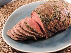 Voor deze rosbief uit de oven nemen we een stuk van minimaal één kilogram. Hoe groter het stuk vlees, hoe makkelijker het is de garing te beïnvloeden.