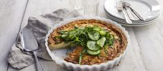Tarjoa Västerbotten-juustopiirakka hieman jäähtyneenä mummonkurkkujen sekä oliiviöljyllä, valkoviinietikalla ja suolalla maustetun rucolan kanssa. Sauerkraut, Marzipan, Bruschetta, Vegetable Pizza, Quiche, Curry, Pie, Snacks, Vegetables