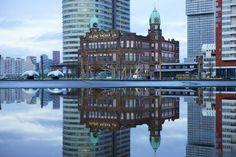 Kunstwerk: 'Hotel New York in Rotterdam' van Michel van Kooten Rotterdam Architecture, Seattle Skyline, New York Skyline, Places To Travel, Places To Go, Sea Container Homes, Netherlands, Amsterdam, Holland