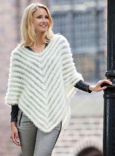 Gratis strikkeopskrifter: Den flatterende poncho med transparente striber smyger sig smukt om kroppen, samtidig med at den luner dejligt