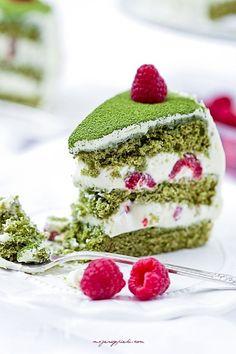 Zielony tort matcha z malinami. Tort na tradycyjnym biszkopcie wzbogaconym herbatą matcha, która nadaje mu koloru i smaku. Krem z białej czekolady, który przełamuje lekką gorycz herbaty i maliny, które są przysłowiową kropką nad i.. Tort wyjątkowy i wykwintny, który wzbogaci i uświetni każdą uroczystość i prawdopodobnie będzie też tortem najbardziej zapamiętanym! Mnie urzekł smakiem, delikatnością, skradł też serca naszych gości.. bardzo polecam!