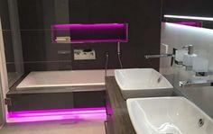 Modernes Badezimmer Mit Eingebauten Bunten LEDs
