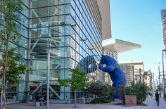 Der blaue Bär beobachtet die Menschen im Denver Convention Center.