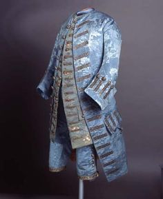 1750's Set of three pieces, coat, waistcoat and breeches. Jacket and pants with blue damask moire effect. Sucks, of cloth of silver with colored silks, has floral decoration espolinada, fastened with buttons covered with sheet metal.