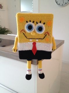 Spongebob haken, wat een leuke surprise! – Haak je mee – Ik ben juf van een groep 7/8 en deed ook dit jaar mee met de surprise. Het is altijd lastig om iets te bedenken, maar ik wist al dat ik deze keer iets wilde haken. Toevallig was dit meisje fan van Spongebob, dat kwam goed uit! Dat werd dus een spongebob haken! Ik heb een doos gebruikt en deze omgehaakt. De ogen bestaan uit gehaakte...