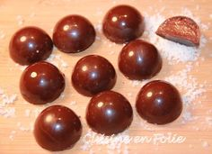 ça y est, le tempérage du chocolat n'a plu de secret pour moi !!! Je ne vous dis pas comme je suis contente et comme je n'étais pas peu fière quand j'ai offer… Desserts With Biscuits, Mini Desserts, Sweet Desserts, Dessert Recipes, Macarons, Diy Christmas Crackers, Chocolate Bonbon, Fudge, Nutella