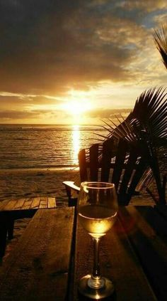 The ocean sunset and wine! Beautiful Sunset, Beautiful Beaches, Simply Beautiful, Another Day In Paradise, Belle Photo, Beautiful Pictures, Sunrises, Cook Islands, Fiji Islands