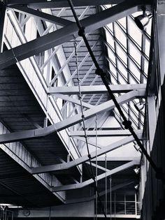 Habitando la cercha  //  Gimnasio Maraillas, Alejandro de la Sota Unique Architecture, Space Architecture, Steel Structure, City Lights, Beams, Restoration, Stairs, Construction, Interior
