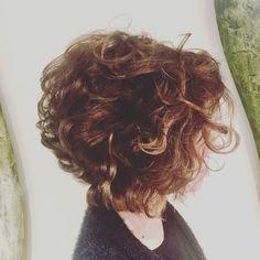 """Ma wow  un taglio molto tecnico ammorbidito poi da una tessitura che solo noi italiani siamo in grado di dare  Aspetto commenti ! O come si dice altrimenti.. """"Silenzio Assenso""""  --- #garboparrucchieri #riccio #mossodiprimavera #taglio #corto #capelli #tagliocorto #capellicorti #nuovotaglio #nuovo #moda #tendenza #forbici #instahair #gropellocairoli #garlasco #vigevano #pavia #milano"""