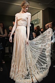 Backstage Elie Saab Haute Couture Winter 2011 Looks like a wedding dress Haute Couture Style, Elie Saab Haute Couture, Couture Mode, Couture Fashion, Runway Fashion, Fashion Beauty, Moda Fashion, High Fashion, Beautiful Gowns