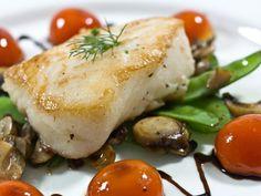 """Sautiertes Seebarschfilet auf Bohnen-Pilzgemüse mit Gnocchi  """"Bitte koch' doch mal wieder was Leckeres mit Bohnen!"""" - Wenn meine Frau die Lust auf heimisches Gemüse überkommt, muss ich mir immer ein gutes Argument einfallen lassen um dem gefürchteten Gemüseeintopf der westfälischen Art zu entgehen. Italiens herrliche Gemüse-Kreationen bieten immer eine Lösung für dieses Dilemma!   http://einfach-schnell-gesund-kochen.de/sautiertes-seebarschfilet-auf-bohnen-pilzgemuese-mit-gnocchi/"""