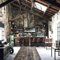 Get This Look: An Industrial Loft Inspired by Automobiles. Industrieel interieur vintage - Wil je meer weten over de basis principes van industrieel inrichten? Ga dan naar http://myindustrialinterior.blogspot.nl/2016/08/industrieel-interieur-praktische-tips.html
