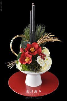 お待たせいたしました♡お正月お飾りレッスンをスタートいたします。 日本人が一番大切にしている伝統行事、お正月。フローラルニューヨークでは、迎える年の多幸を祈る… Ikebana Flower Arrangement, Ikebana Arrangements, Modern Flower Arrangements, Artificial Flower Arrangements, Flower Vases, Flower Art, Chinese New Year Flower, Japanese New Year, New Years Decorations