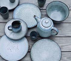Servies Nordic op de buitentafel. Wat een prachtige grijs blauwe kleurtinten!