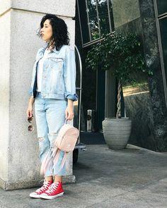 Street style look de Bruna Vieira com calça e jaqueta jeans, all star vermelho e mochila da adidas nude em São Paulo.
