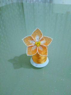 Yapımı çok kolay olan 3 tane boncukla yapılan çiçek boncuklu oya yapımı ile karşınızdayız. Boncuklu oya seven hanımlar bu modeli kaçırmamalıdır.