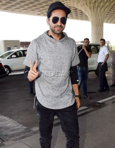 Ayushmann Khurana spotted in a casual style at the airport Bollywood Stars, Bollywood Fashion, Famous Indian Actors, Mumbai Airport, Karisma Kapoor, Actors Images, Varun Dhawan, Bollywood Celebrities, Handsome Boys