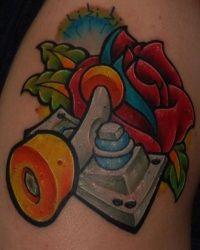 Mais uma bela tattoo envolvendo skate, esta traz o desenho de um truck bem detalhado e de fundo uma bela rosa vermelha, como o nome que o author deu skate and love ou skate e amor é o que a tatuagem simboliza para ele.