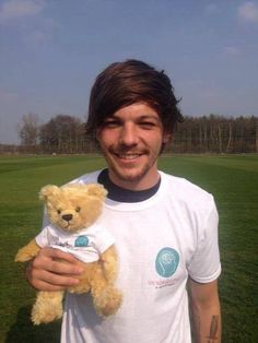 Louis with his fab teddy bear for today in Doncaster! Louis Tomlinson, Zayn, Sassy Louis, Louis Williams, I Love One Direction, Larry Stylinson, Beautiful Person, Beautiful People, His Eyes