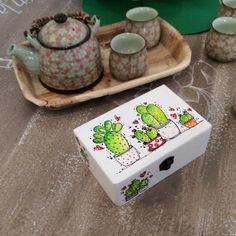 Caja Cactus Decoupage, Cactus, Clay Pots, Painting On Wood, Painted Furniture, Mandala, Decorative Boxes, Place Card Holders, Mugs
