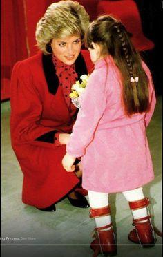 Peu importe avec qui Lady Diana peut s'entretenir.....TOUS les GENS l'accueillent, spécialement les enfants que Diana chérit avec  TOUT son amour, AON ÂME.   NAMASTÉ!