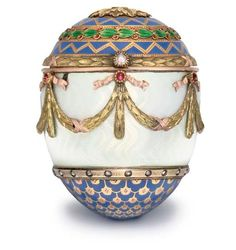 Fabergé bonbonniére. Jewelled and enamelled two-colour gold egg by workmaster Henrik Wigström, St. Petersburg, Russia, 1896-1908