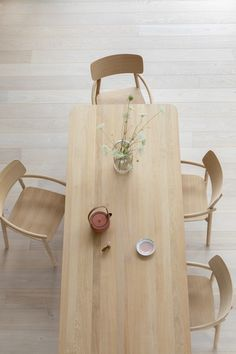 The beautiful Hven dining table and armchairs from Skagerak. Photo by Sarah Elliott at Atelier 211 by Studio Zung.
