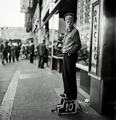 by Stanley Kubrick - nuncalosabre.Black and White Photography by Stanley Kubrick New York Street, New York City, Stanley Kubrick Photography, Ville New York, Look Magazine, Portraits, Before Us, Film Director, Photo Look