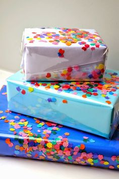 Diy Gift Crafts – DIY Confetti Wrapping Paper DIY birthday - Birthday Presents Diy Confetti, Paper Confetti, Birthday Gift Wrapping, Christmas Gift Wrapping, Gift Wrapping Ideas For Birthdays, Birthday Diy, Creative Gift Wrapping, Creative Gifts, Wrapping Gifts