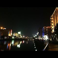 Instagram【sweet.ake】さんの写真をピンしています。 《夜の福岡🌃 . . 1人を除いて 時間が止まってるとか スローモーションなのって なんか、あれだ、んー…… 甘美?叙情的?? 答えがわからん😂 ボキャブラリーの少なさ。。。 . ♪「Say something」 .  by  A Great Big World, Christina Aguilera . . #旅行 #福岡 #中洲 #天神 #夜景 #写真好きな人と繋がりたい #trip #fukuoka #sky #nightsky #nightview #night #nighttime #river #riverside #love #life #lovers_nippon #instagood #instalike #followme #l4l #memory #thankyou #music #saysomething #agreatbigworld #christinaaguilera》