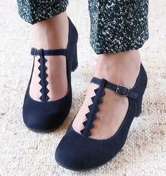 Chie Mihara shoes, sandals, blocs and boots. Buy now original, feminine footwear. Designer shoes of maximum comfort! Pretty Shoes, Flats, Sandals, Summer Collection, Designer Shoes, Me Too Shoes, Spring Summer, Feminine, Footwear
