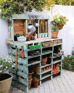 Inspiring potting bench ideas and potting bench plans so you can build your own potting table. DIY pallet potting bench & more! Old Pallets, Pallets Garden, Wooden Pallets, Pallet Gardening, Organic Gardening, Recycled Pallets, Gardening Tips, Garden Work Benches, Pallet Wood