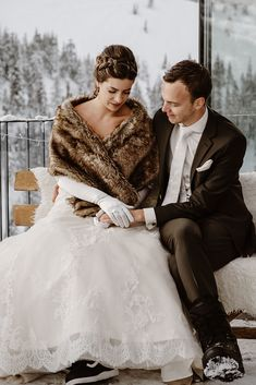 A winter wedding ceremony in a ski resort in the Austrian Alps. Snowboard Wedding, Ski And Snowboard, Winter Wedding Ceremonies, Wedding Ceremony, Zell Am See, Wakeboarding, First Dance, Alps, Absolutely Stunning