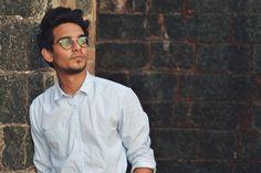 monture lunette homme chic, jeune homme en chemise blanche légèrement  déboutonnée, allure cool, edcf0562b72b