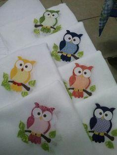 Fraldinhas de boca... Fresquinhas Owl Crochet Patterns, Owl Patterns, Applique Patterns, Applique Designs, Quilt Patterns, Owl Quilts, Cute Quilts, Baby Quilts, Cute Sewing Projects