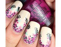 Piccoli fiorellini decorano il bordo delle unghie