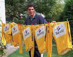 Miguel Indurain posando con los cinco maillots amarillos del Tour de Francia