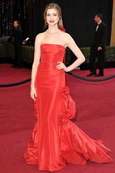 Anne Hathaway 2011 Oscars, wearing Valentino couture