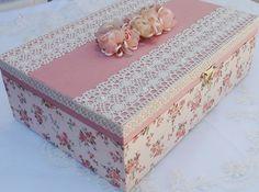 Caixa em MDF pintada com tinta PVA revestida com tecido 100% algodão. Apliques em renda, chatons pérola e flores de cetim e organza.