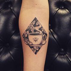 Tatuagem criada por Lucas Milk de Florianópolis.  Xícara de café em blackwork.  #tattoo #tattoo2me #tatuagem #art #arte #blackwork #xicara #cafe #coffee