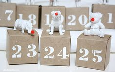 de petites boîtes en carton décorées de chiffres et figures d'animaux blancs