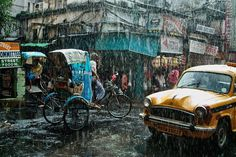 インド、コルカタ。雨季の激しい雨が降る中で、日々の暮らしが営まれている。